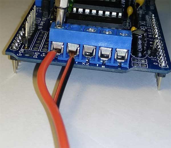 用螺丝刀拧紧AFMotor扩展板接口中的电机连接线