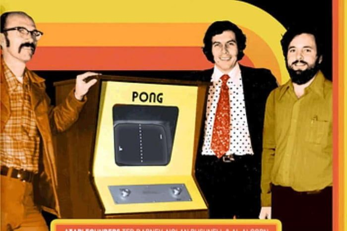 Pong游戏机和雅达利管理人员合影